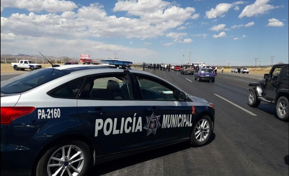 Decenas de policías municipales participan en un filtro de revisión sobre la carretera Chihuahua-Ciudad Cuauhtémoc (Twitter @policiachih)