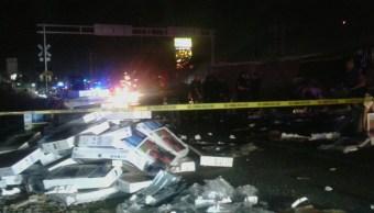 Un tráiler cargado con más de mil 500 pantallas de 32 pulgadas es impactado por un tren de carga; no hay lesionados. (Noticieros Televisa)