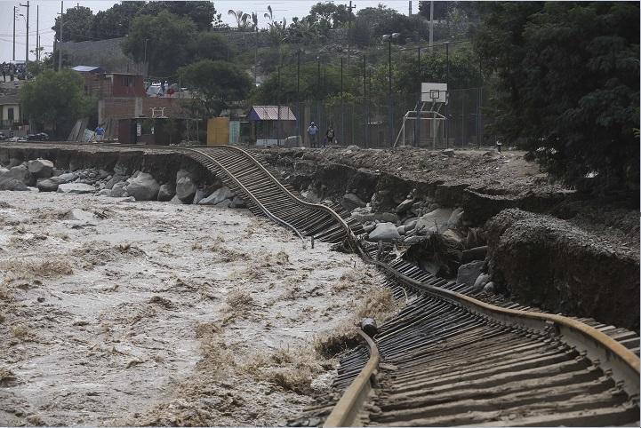 Vías del tren destruidas por las lluvias en Perú (AP)