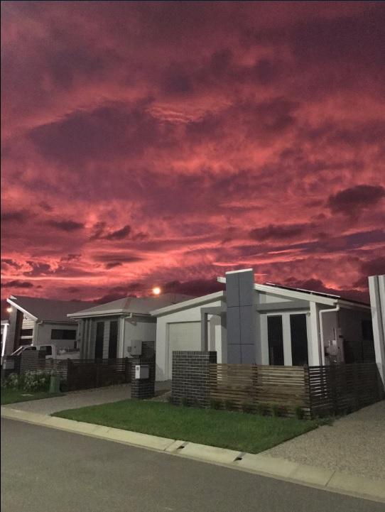 Imagen tomada desde una localidad de Australia horas antes que el ciclón Debbie toque tierra en ese país (Twitter @HarrietTatham)