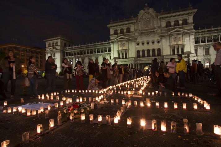 Cientos de personas piden justicia por la muerte de 37 niñas en Guatemala.
