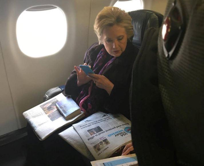 Clinton viajaba en un vuelo de Boston a Nueva York el viernes cuando otro pasajero le tomó una foto (Reuters)