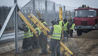Construyen una segunda cerca detrás de una primera valla en la frontera entre Hungría y Serbia. (AP. archivo)
