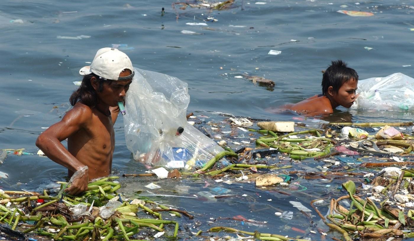 Niños en Filipinas nadan entre la basura de la bahía de Manila para reciclar plástico y ganar un poco de dinero (Getty Images)