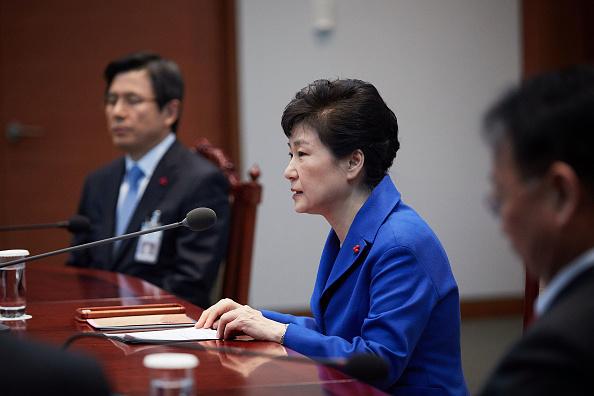 La presidenta de Corea del Sur destituida, Park Geun-hye, abandona el palacio presidencial en Seúl, 2 días después de que la Corte Constitucional del país la apartó del cargo por un escándalo de corrupción. (Getty Images, archivo)