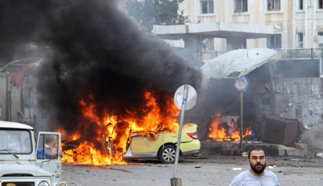 Un doble atentado con bomba deja al menos 30 muertos y decenas de heridos frente a un cementerio en Damasco; una de las deflagraciones impacta a un autobús. (Twitter@leithfadel)