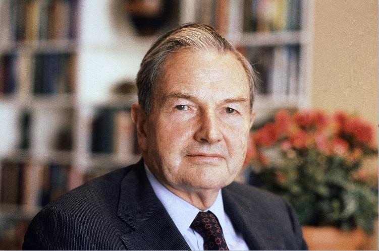David Rockefeller posa para una foto en el año 1981; el banquero y filántropo muere a los 101 años (AP, archivo)