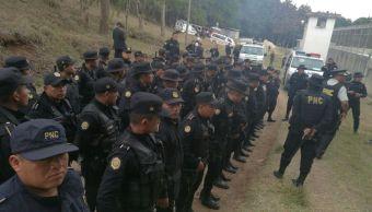 Decenas de agentes de la policía de Guatemala ingresaron por la fuerza a la correccional Etapa II.