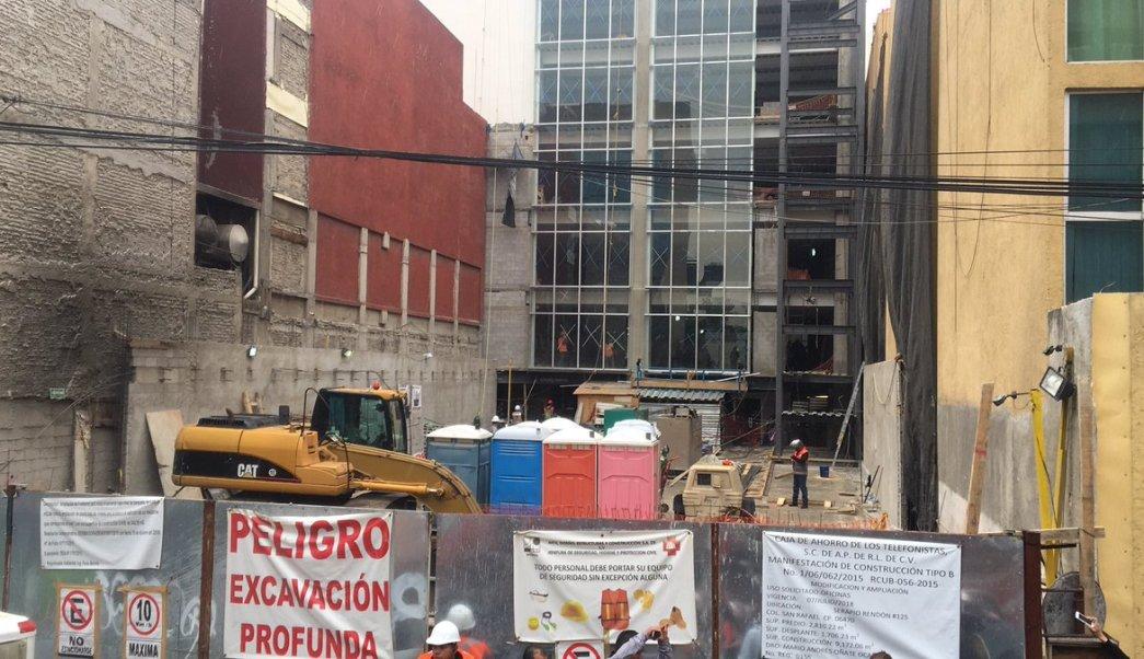 Al lugar del incidente acudieron elementos del heroico cuerpo de Bomberos para la búsqueda, rescate y remoción de escombros.