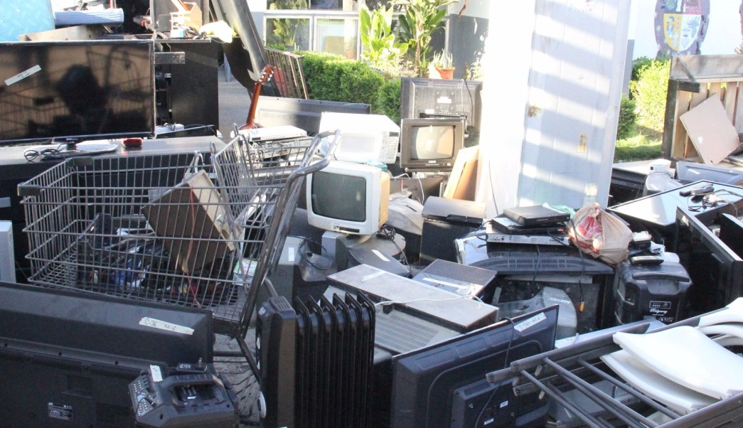 Personal de Trabajo Social del Penal de Aguaruto fue el encargado de etiquetar cada uno de los objetos hallados. (SSP-Sinaloa)