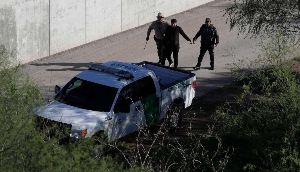 Detención de un migrante en la frontera de Estados Unidos con México (AP, /Archivo)