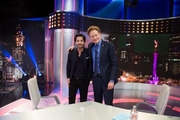 Diego Luna y Conan O'Brien. (Twitter. @Canal_Estrellas)