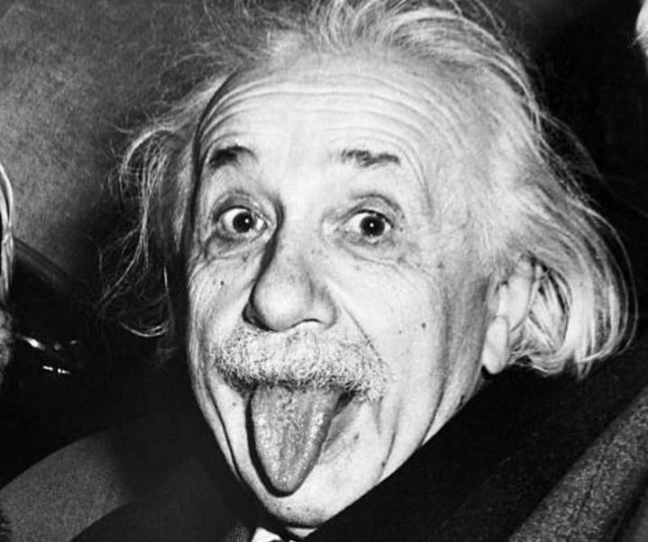 Albert Einstein saca la lengua cuando los fotógrafos le persuaden para sonreír en su 72 cumpleaños el 14 de marzo de 1951 (Getty Images)