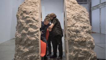 El artista francés Abraham Poincheval emergió de una roca caliza de 12 toneladas en una galería de arte en París. (AP)