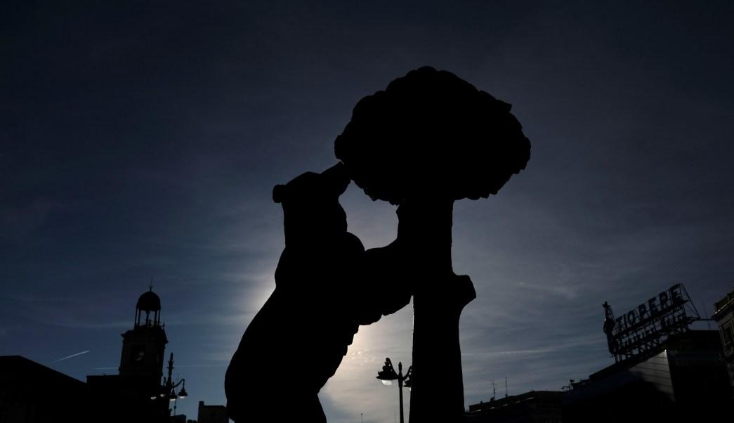 Vista de la estatua de El oso y el madroño, símbolo oficial de Madrid, España. (Reuters)