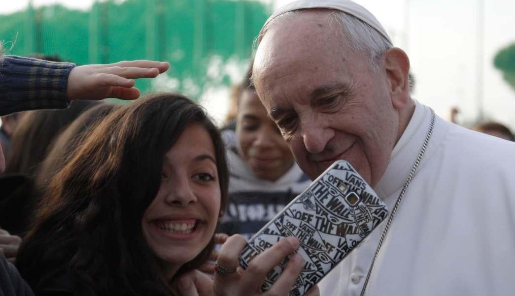 El papa Francisco convive con jóvenes en la Plaza de San Pedro.