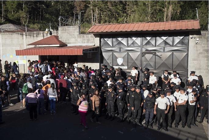 El presidente Jimmy Morales declaró tres días de duelo por la muerte de al menos 21 niñas en un albergue de Guatemala.