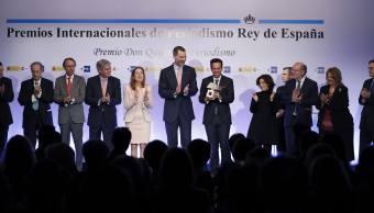 El Rey Felipe VI aplaude tras entregar el Premio de Televisión al mexicano Carlos Loret de Mola (6 d) por el espacio Éxodo, emitido el 25 de agosto de 2016 en el programa Despierta, de Televisa, durante la XXXIV edición de los Premios Internacionales de Periodismo Rey de España, convocados por la Agencia EFE y la Agencia Española de Cooperación Internacional para el Desarrollo (Aecid), que tiene lugar hoy en la Casa de América, en Madrid (EFE)