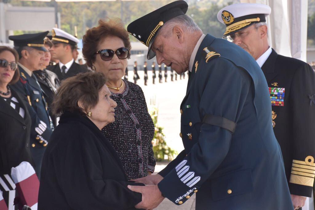 El secretario de la Defensa Nacional, Salvador Cienfuegos, da sus condolencias a la viudad del general Antonio Riviello Bazán en el Heroico Colegio Militar (@SEDENAmx)