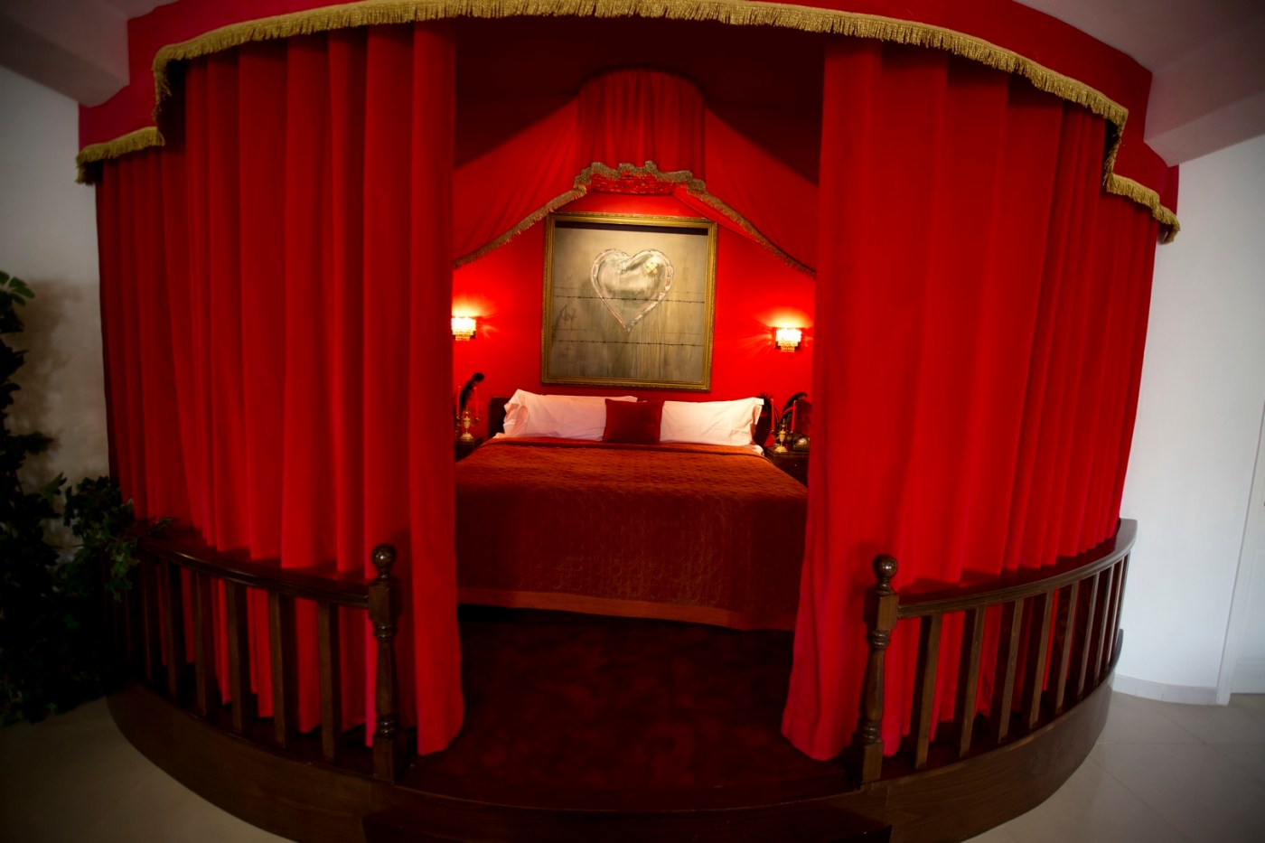 El sello del dibujante urbano marca cada estancia del hotel 'The Walled Off' que cuenta con 10 dormitorios. (AP)