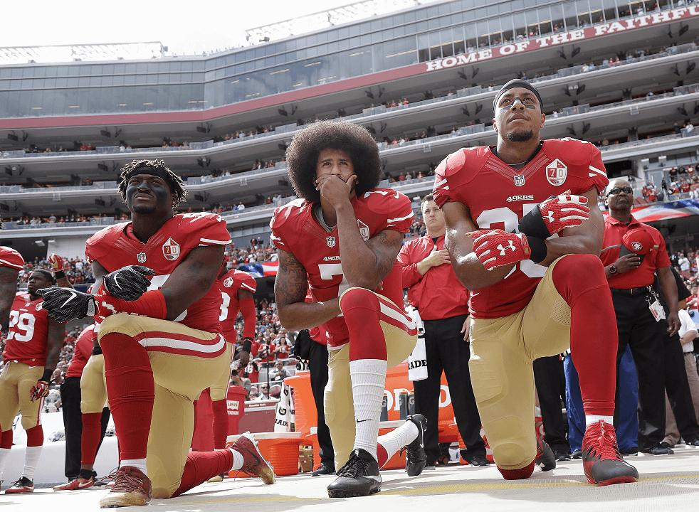 Eli Harold, Colin Kaepernick y Eric Reid permanecieron de rodillas durante la interpretación del himno nacional de EU, el 2 de octubre de 2016. (AP, archivo)