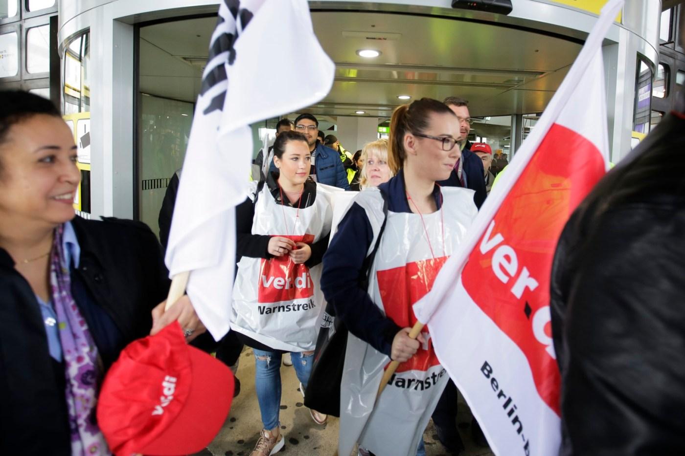 Empleados de aeropuertos de Berlín, Alemania se van a huelga; exigen aumento de salario. (AP)