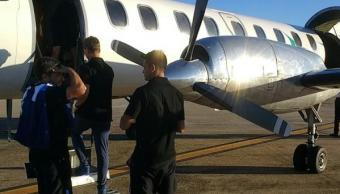 En pleno despegue, la puerta del avión del equipo Racing de Argentina se abrió.