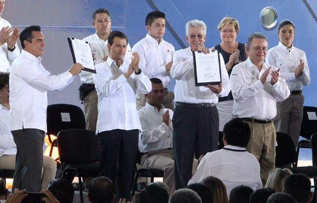 Enrique Peña Nieto atestigua la entrega del título de concesión federal de puente en Campeche (Twitter @SCT_mx)