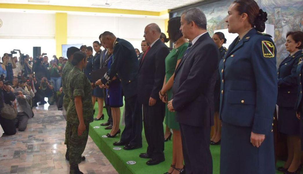 Entregan reconocimientos en materia de Derechos Humanos y de Ética ante el general secretario de la Defensa Nacional, Salvador Cienfuegos. (Twitter/ @SEDENAmx)