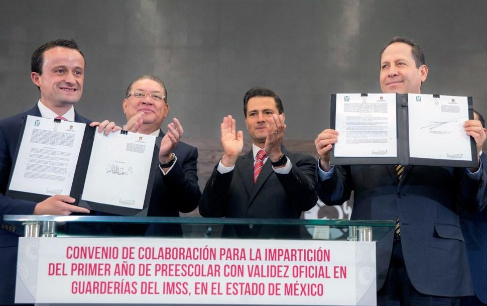 El presidente Peña Nieto atestigua la firma de dos convenios entre el Seguro Social y el gobierno del Estado de México. (Presidencia de la República).