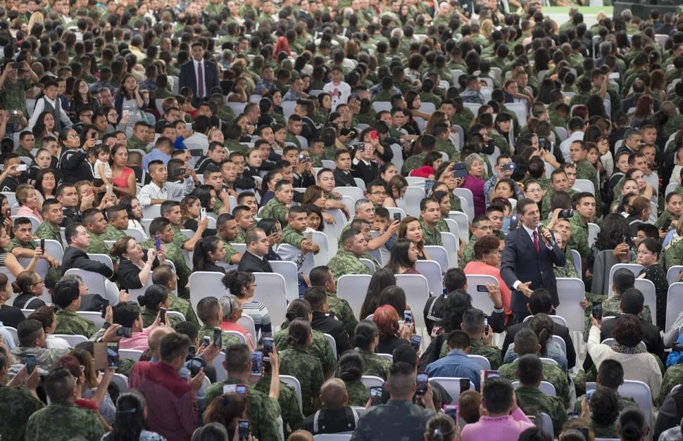 El presidente Peña Nieto decidió salir del protocolo y bajar del escenario. (Presidencia de la República)