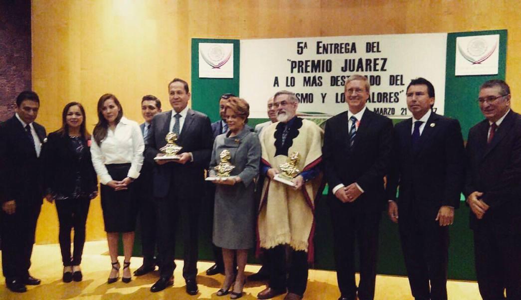 El gobernador Eruviel Ávila recibió el premio 'Benito Juárez' en la categoría de gestión de gobierno por parte del Centro de Cultura y Orientación Civil Concertación A.C. (Twitter @eruviel_avila)