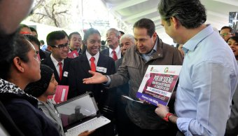 El titular de la SEP, Aurelio Nuño, y el gobernador Eruviel Ávila entregaron una colección de libros con todos los géneros literarios. (Twitter @eruviel_avila)