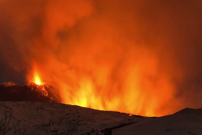 La explosión en un cráter del volcán Etna deja lesionados a varios turistas (AP)
