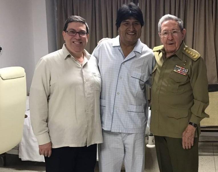 El presidente boliviano, Evo Morales Ayma, junto al mandatario cubano, Raúl Castro, en un hospital en La Habana (Twitter @GegeRpz )