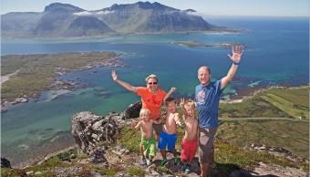 Familia se toma una foto en Lofoten; Noruega es el país más feliz del mundo (Reuters, archivo)