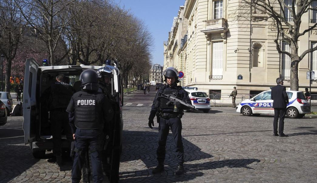 Los policías franceses toman posición después de que una carta explotó en la oficina francesa del Fondo Monetario Internaciona. (AP)
