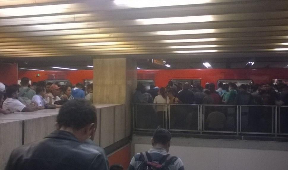 Anden saturado de usuarios en la estación Hidalgo de la Línea 3. (@Rondandoxahi)