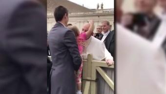 La niña que quitó el solideo al papa provocó la risa de éste. (@rasainforma)