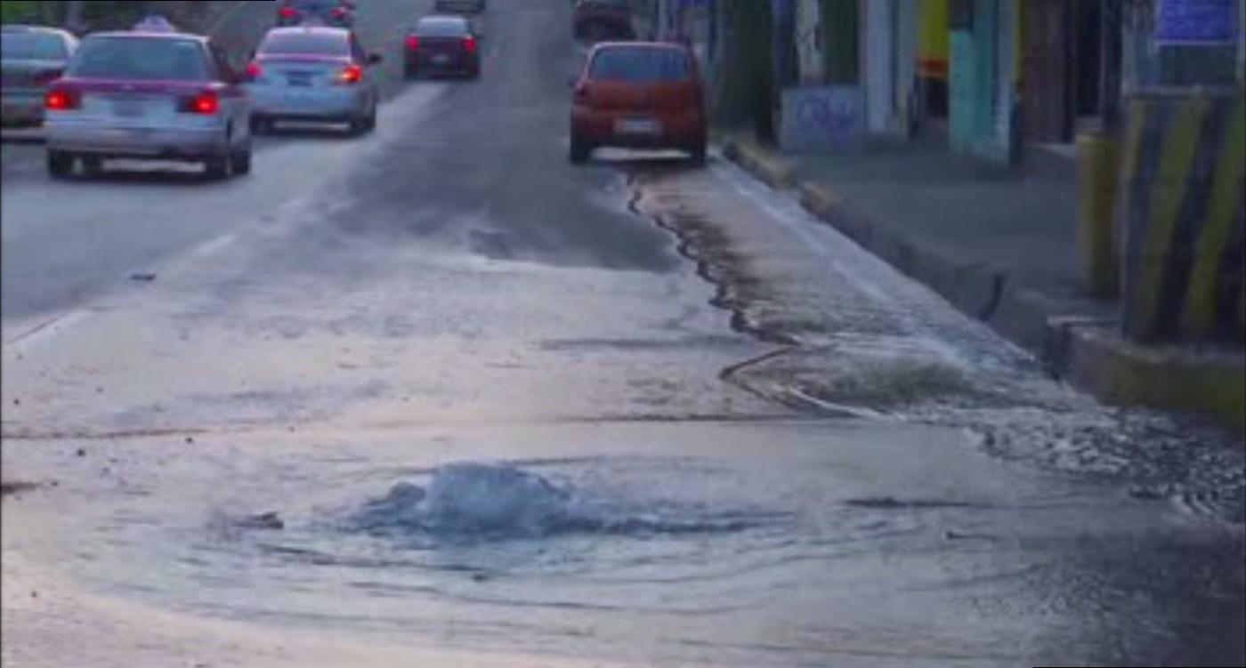 Borbotón de agua por fuga en la colonia Santo Domingo, Coyoacán; bomberos atienden el incidente (Noticieros Televisa)