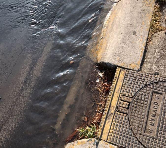 El agua se derramó durante horas en ambas fugas (Twitter/@humberto_ortega/Ar