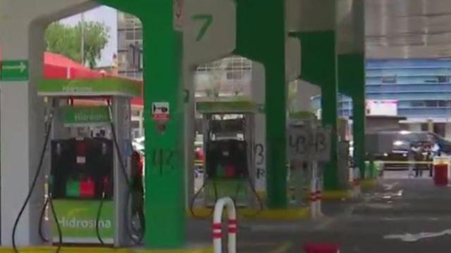 Los encapuchados realizaron pintas en bombas de la gasolinera (Noticieros Televisa)