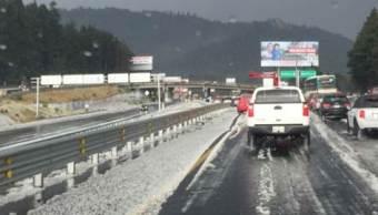 Cae granizo en la carretera México-Toluca, a la altura de La Marquesa (Twitter @PoliciaFedMx)