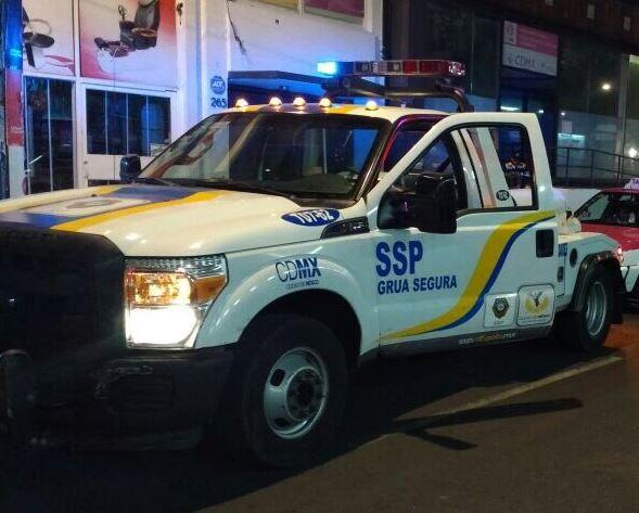 El conductor enfrentó a los uniformados y lanzó uno de los inmovilizadores y después escapó en el automóvil (Twitter/@SSP_CDMX/Archivo)