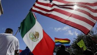 Hombre sostiene banderas de México y Estados Unidos (AP, archivo)
