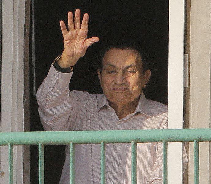 El expresidente Hosni Mubarak saluda a sus simpatizantes desde su habitación en el hospital militar. (AP, archivo)