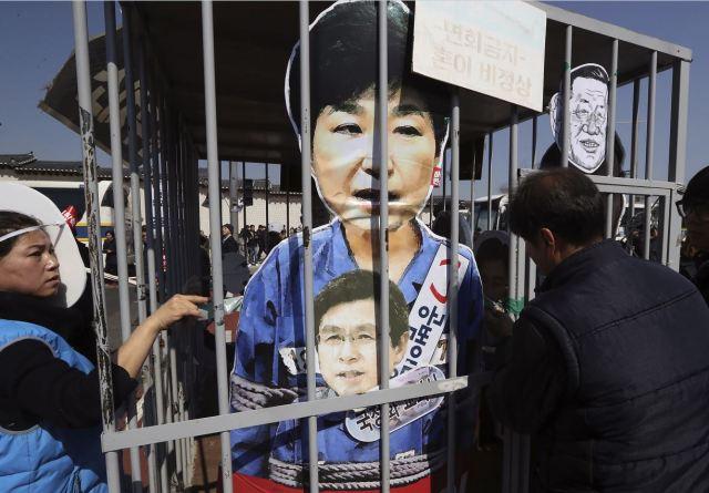 Protestas tras el veredicto de Tribunal Constitucional sobre la destitución de la presidenta de Corea del Sur, Park Geun-hye. (AP)