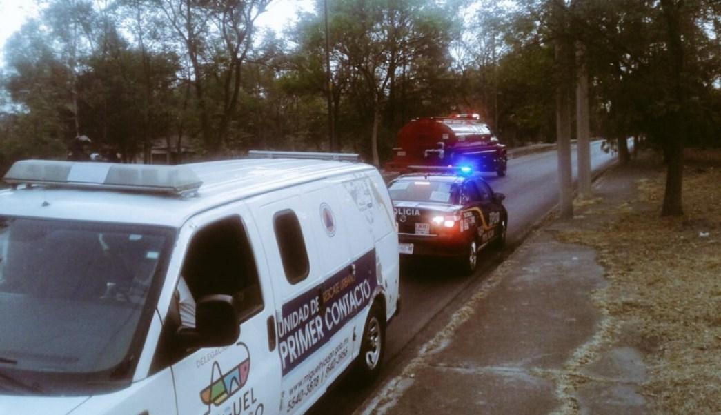 Protección Civil y Bomberos así como servicios de emergencia laboraron para sofocar las llamas en la tercera sección del Bosque de Chapultepec. (Twitter: @alertasurbanas)