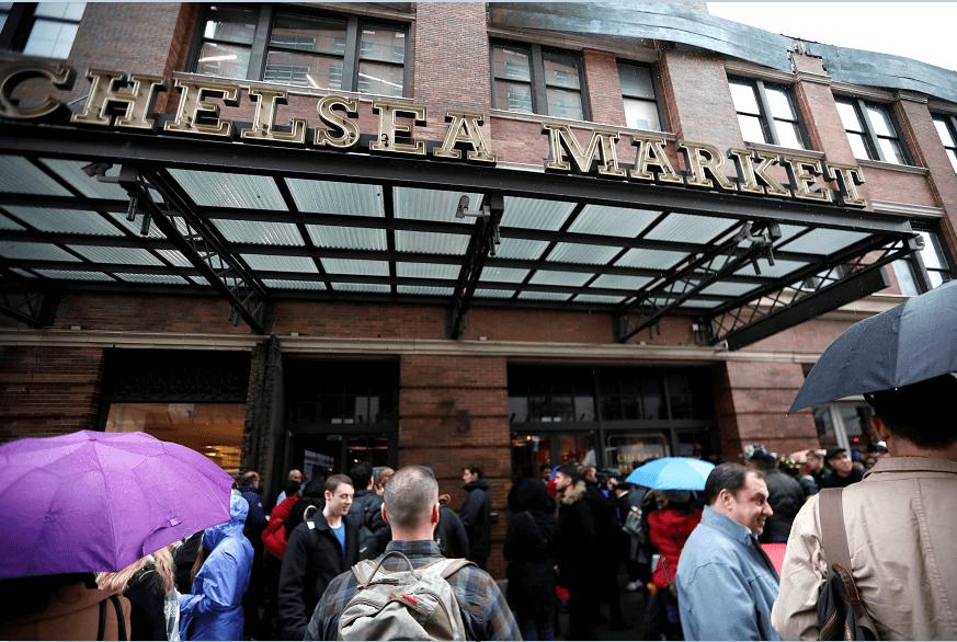 Incendio en el mercado Chelsea de Nueva York obligó a la evacuación de decenas de personas. (Reuters)