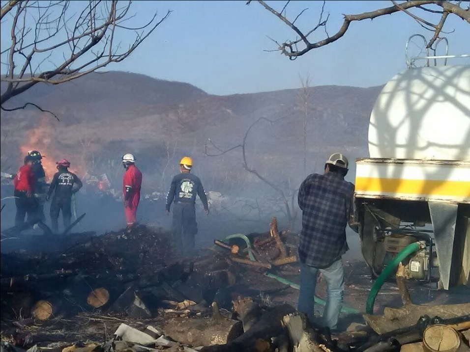 400 vehículos son consumidos por un incendio en un corralón en Oaxaca (Twitter @AlejandroL_J)